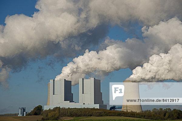 Kraftwerk Neurath  ein von der RWE Power AG mit Braunkohle betriebenes Grundlastkraftwerk  Grevenbroich-Neurath  Nordrhein-Westfalen  Deutschland
