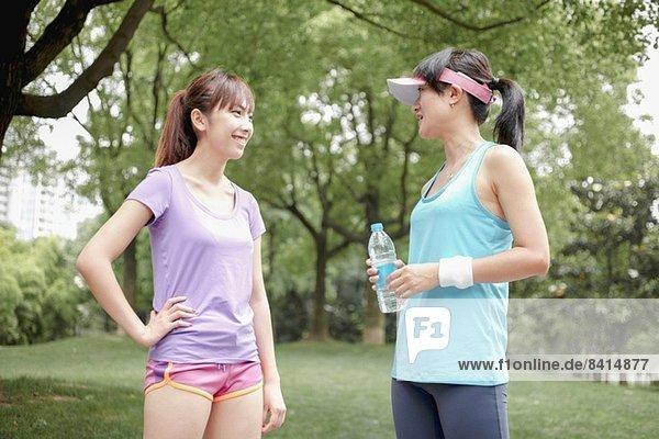 Joggerinnen machen Pause im Park