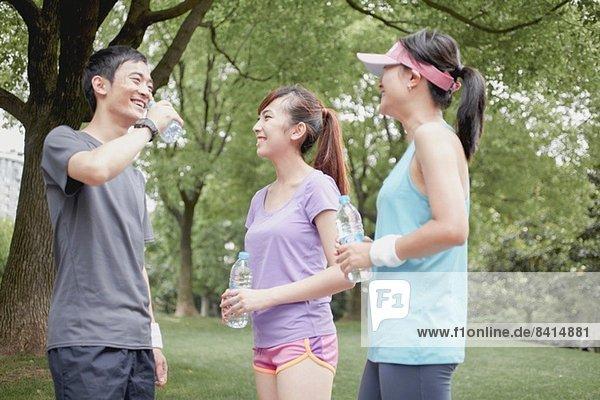 Joggerfreunde bei einer Pause im Park