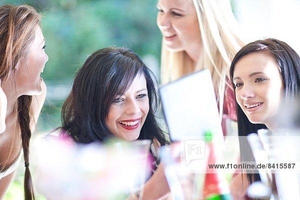 Weibliche Freunde beim Betrachten des digitalen Tabletts