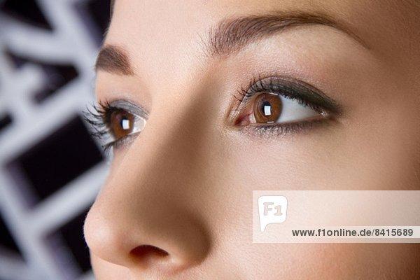 Nahaufnahme Studio-Porträt der Augen einer jungen Frau