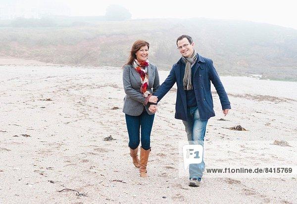 Paar Spaziergänge am Strand  Thurlestone  Devon  UK
