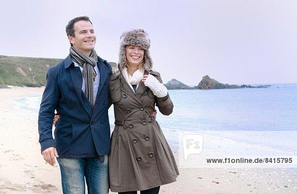 Mittleres erwachsenes Paar beim Bummeln am Strand  Thurlestone  Devon  UK