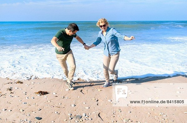 Mittleres erwachsenes Paar am Strand  Thurlestone  Devon  UK