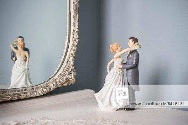 Hochzeitsfiguren und Wandspiegel