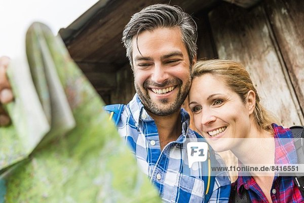 Paar lächelt auf der Karte