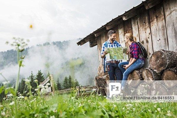 Paar mit Karte über ihre Wanderung  Tirol  Österreich