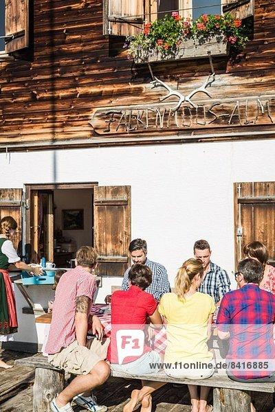 Freunde beim Frühstück vor dem Chalet  Tirol  Österreich
