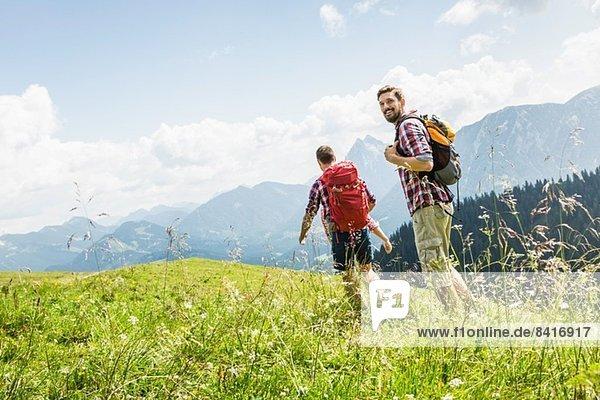 Männliche Freunde beim Wandern  Tirol  Österreich