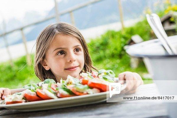 Junges Mädchen mit Salatteller zum Picknick  Tirol  Österreich
