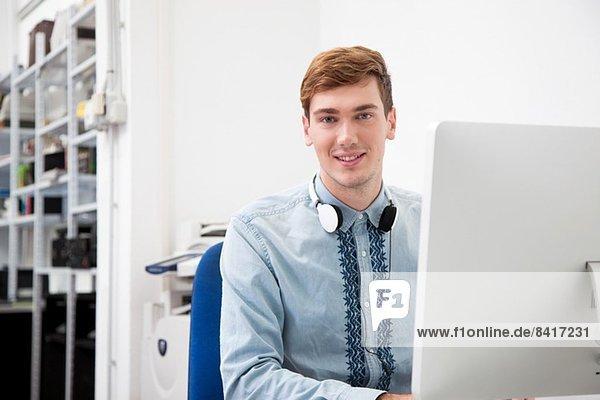 Junger Mann im Amt