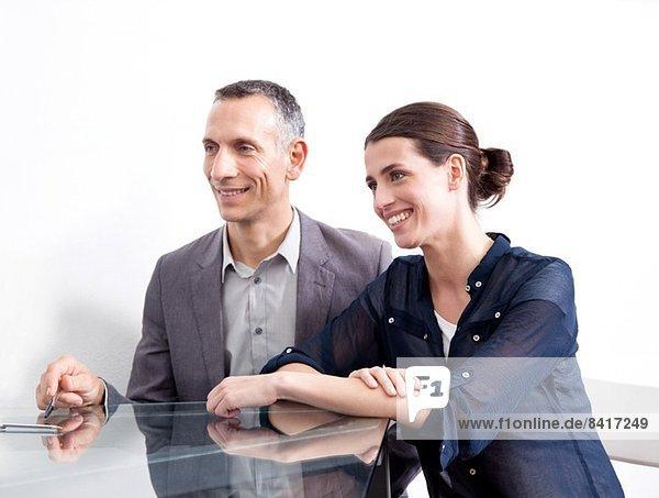 Zwei Geschäftsleute im Gespräch