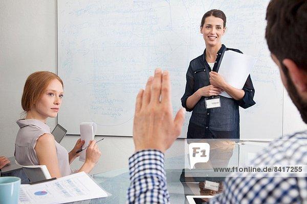 Geschäftsfrau bei der Präsentation vor Kollegen