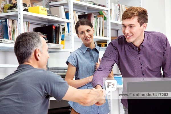 Männliche Kollegen beim Händeschütteln