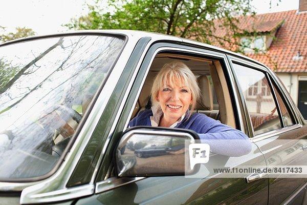Porträt einer reifen Frau im Auto