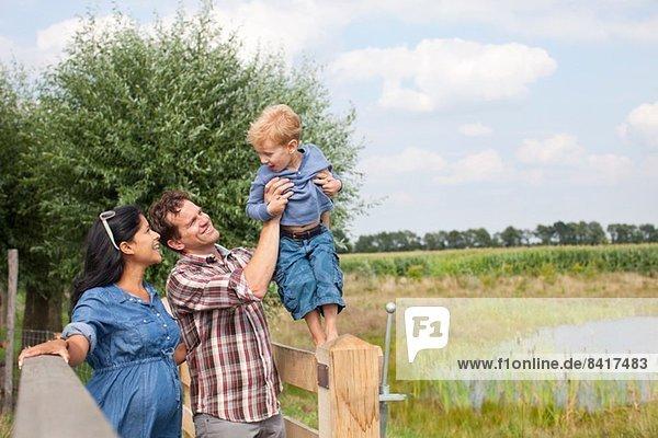 Familienwanderung durch die Landschaft
