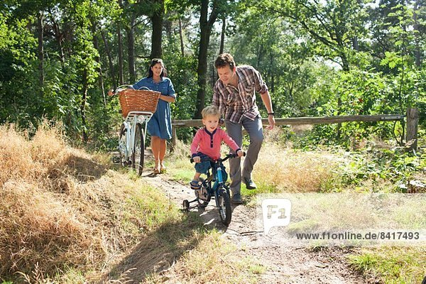 Familienradeln durch den Wald