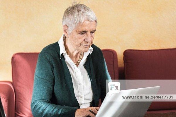Senior Frau mit Laptop-Computer