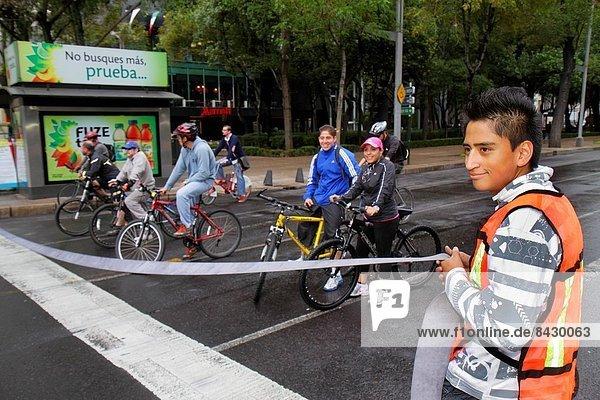 Mexico-Stadt  Hauptstadt  Frau  Mann  Fahrrad  Rad  Hispanier  Mexiko  Paseo de la Reforma  Freiwilliger