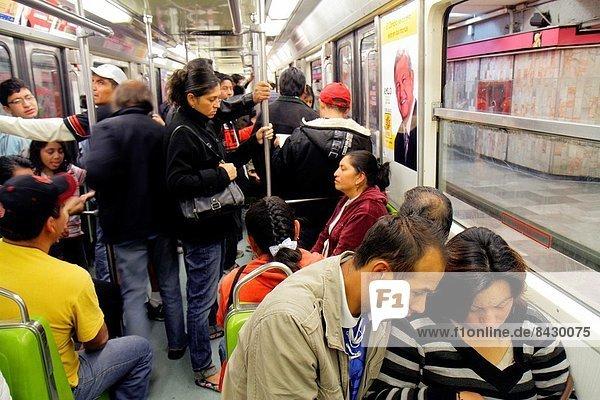 Mexico-Stadt  Hauptstadt  Frau  Mann  Pendler  Innenaufnahme  Öffentlicher Verkehr  Passagier  Mexiko  U-Bahn  Metro  Zug