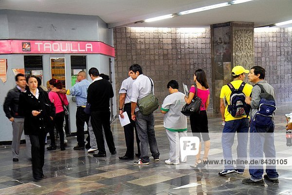 Mexico-Stadt  Hauptstadt  Frau  Mann  Hispanier  Öffentlicher Verkehr  Mexiko  U-Bahn  Metro  Reihe  Fahrgeld  Linie