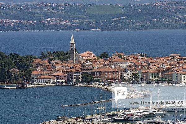 Außenaufnahme  Motorjacht  Europa  Stadt  Großstadt  Boot  Anker  Jachthafen  Altstadt  Balkan  Adriatisches Meer  Adria  Slowenien