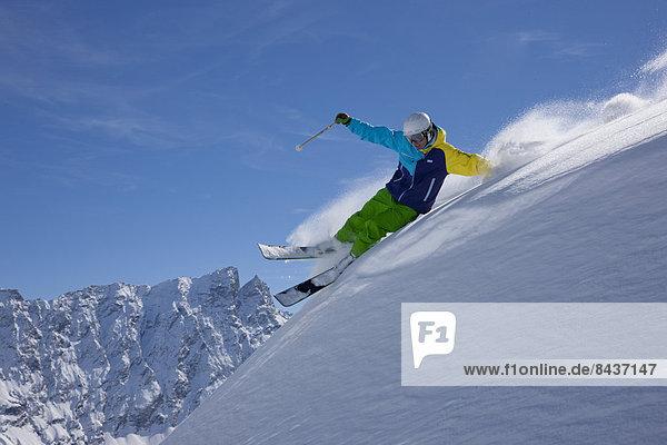 Freizeit Wintersport Winter Mann Sport Abenteuer schnitzen Skisport Ski Kanton Graubünden Tiefschnee Pulverschnee
