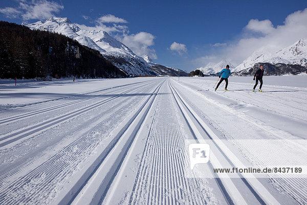 Frau Winter Mann Skisport Spur 2 Kanton Graubünden Skilanglauf Wintersport