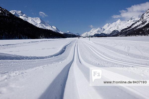 Europa Frau Winter Mann Skisport Spur 2 Kanton Graubünden Skilanglauf Engadin Schweiz Wintersport