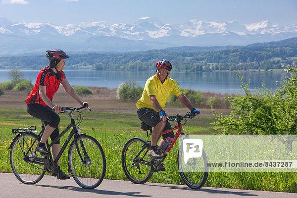 Freizeit Frau Berg Mann Fahrrad Rad See Alpen Alpinsport Sport Fahrrad fahren