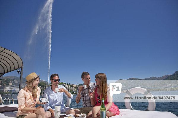 Springbrunnen Brunnen Fontäne Fontänen Frau Mann Getränk See Restaurant Zierbrunnen Luganersee Südschweiz