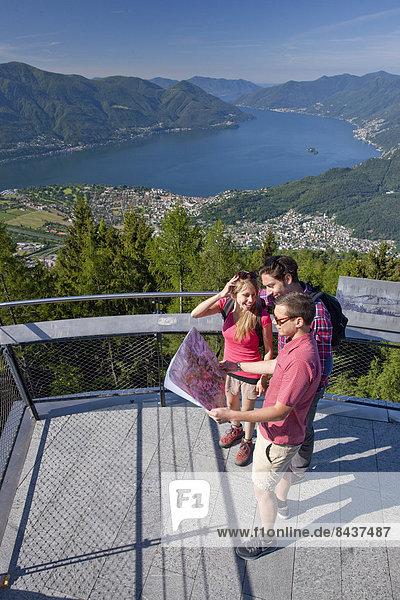 Frau Berg Mann gehen See Landkarte Karte wandern Ansicht Südschweiz