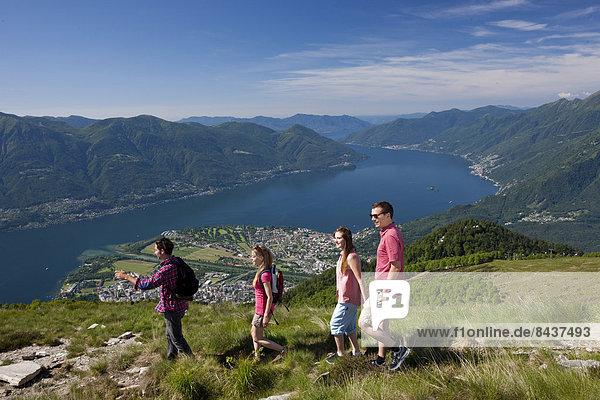 Frau Berg Mann 4 gehen See wandern Ansicht Südschweiz
