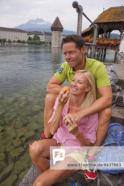 Frau Mann Urlaub Brücke Schwan Tourismus Zentralschweiz