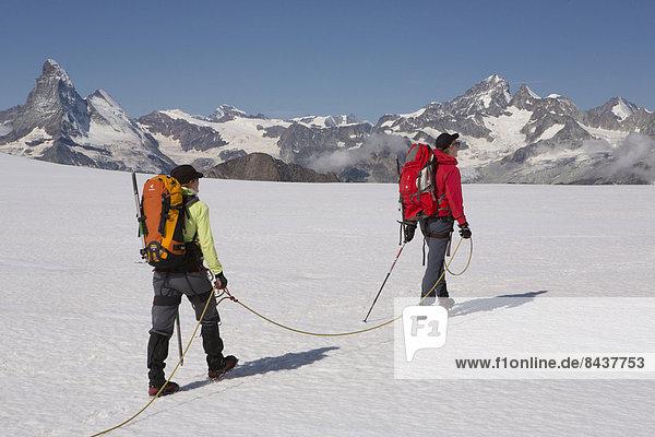 Bergsteigen Frau Berg Mann gehen Seil Tau Strick Tagesausflug Eis Matterhorn Bergwandern trekking