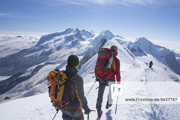 Frau Berg Mann gehen Seil Tau Strick absteigen Eis wandern Gletscher Monte Rosa Breithorn