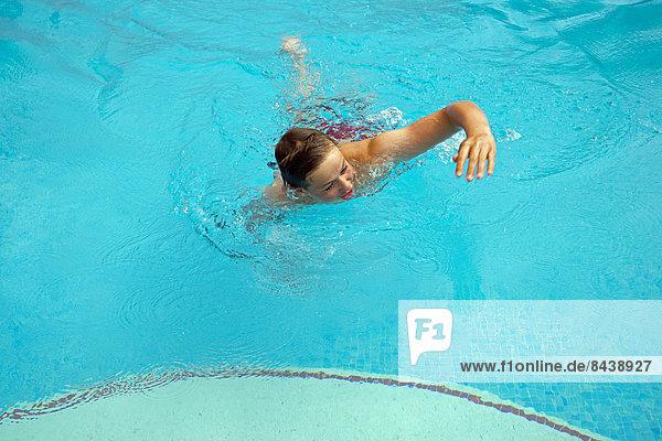 Freizeit Wasser Waschbecken Becken Jugendlicher Europäer Fröhlichkeit Sport Urlaub Aktivitäten europäisch Junge - Person Aktion Schwimmbad jung schwimmen Kind Bäcker Spaß Scherz Freizeit
