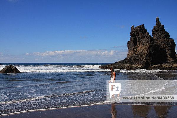 Felsbrocken  Jugendlicher  Europa  Frau  Strand  Steilküste  Küste  Wasserwelle  Welle  Meer  braunhaarig  1  Kanaren  Kanarische Inseln  Mädchen  Spanien  Teneriffa