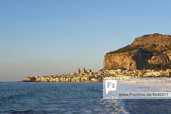Außenaufnahme Europa Abend Küste niemand Stadt Großstadt Meer Stimmung Insel Ansicht Altstadt Cefalu Italien Mittelmeer Sizilien Süditalien