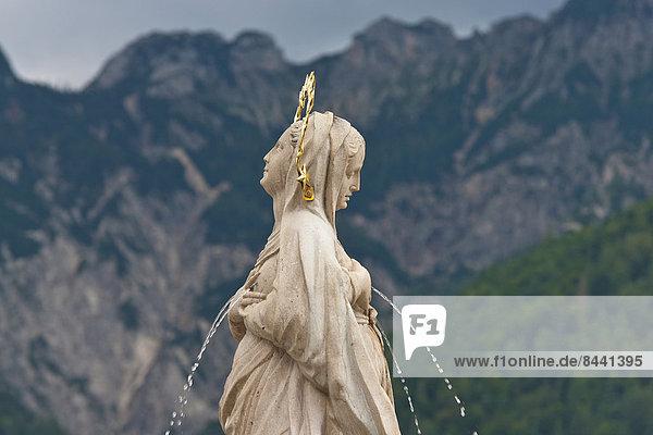 Wasser  Bewunderung  Religion  Figur  Ziehbrunnen  Brunnen  Marmor  Jungfrau Maria  Madonna  Österreich  katholisch  Großgmain  Wallfahrt  Salzburg
