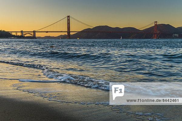 USA  Kalifornien  San Francisco  Golden Gate Bridge in der Dämmerung