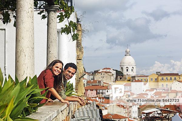 Portugal  Lisboa  Alfama  Miradouro de Santa Luzia  junges Paar mit Blick auf die Landschaft