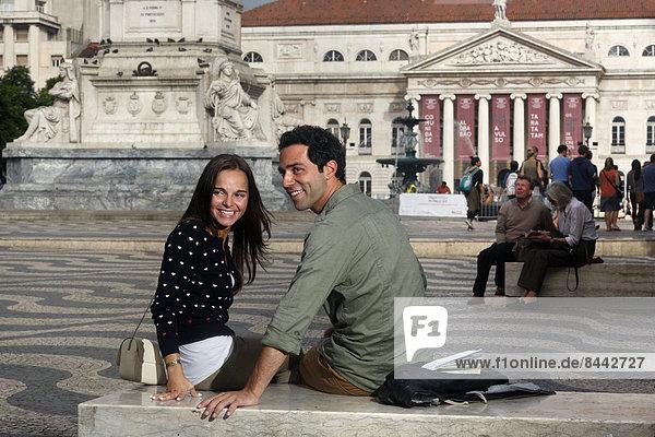Portugal  Lisboa  Baixa  Rossio  Praca Dom Pedro IV  Teatro Nacional  lächelndes junges Paar  das etwas ansieht