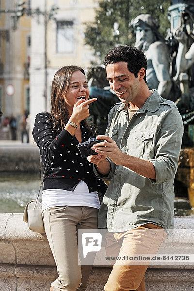 Portugal  Lisboa  Baixa  Rossio  Praca Dom Pedro IV  junges Paar vor einem Brunnen stehend