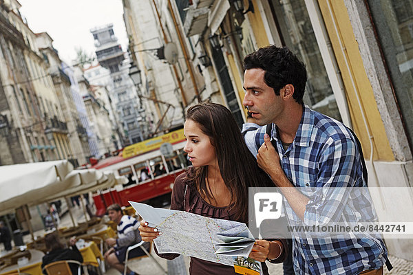 Portugal  Lisboa  Baixa  Rua Santa Justa  Elevador Santa Justa  junges Paar mit Stadtplan