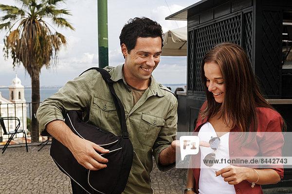 Portugal  Lisboa  Alfama  Largo das Portas do Sol  glückliches junges Paar
