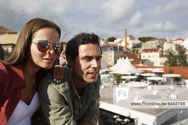 Portugal  Lisboa  Alfama  Largo das Portas do Sol  young couple looking at view