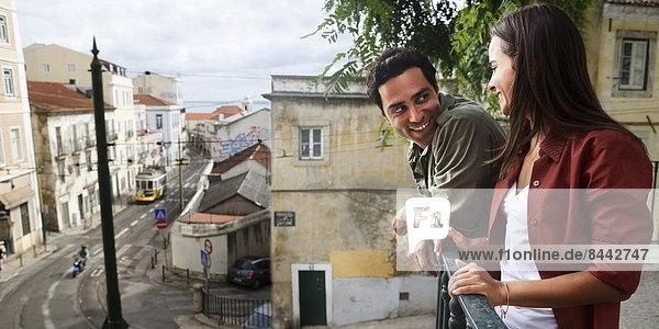 Portugal  Lisboa  Alfama  glückliches junges Paar