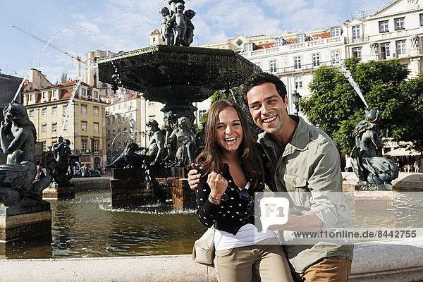 Portugal  Lisboa  Baixa  Rossio  Praca Dom Pedro IV  glückliches junges Paar vor einem Brunnen
