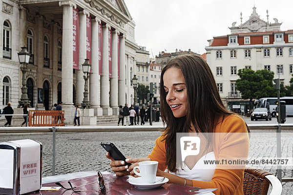 Portugal  Lisboa  Baixa  Rossio  Praca Dom Pedro IV  Teatro Nacional  junge Frau sitzend im Straßencafé